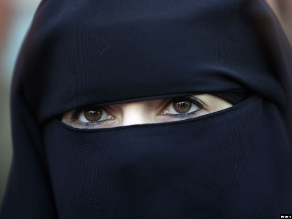 Niqab banned in government offices in Tunisia