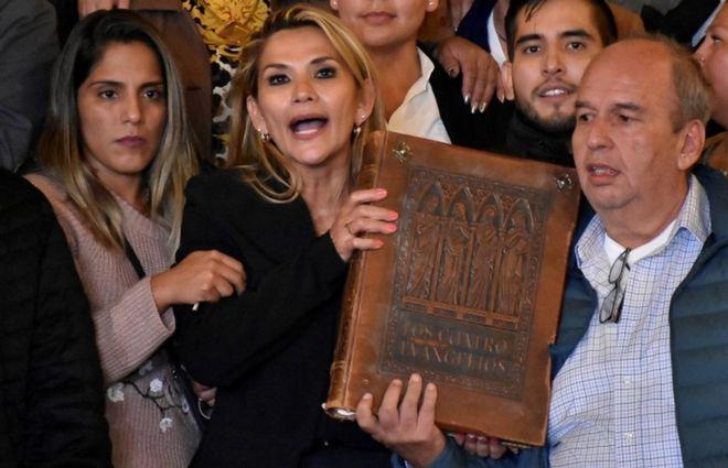 Bolivia: Opposition Arrowhead, Jeanine Áñez declares self  president